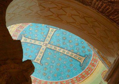 basilica-sant-apollinare-in-classe-particolare-con-croce-e-capitelli