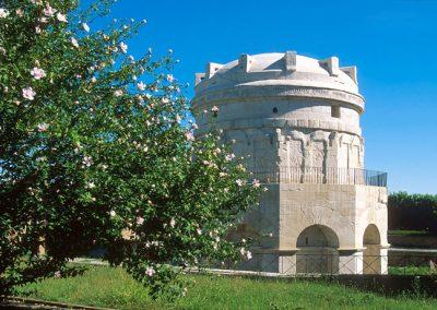 mausoleo-di-teodorico-ravenna-con-fiori
