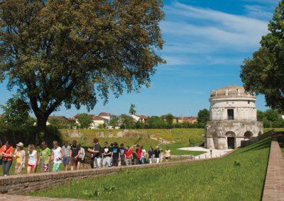 mausoleo-di-teodorico-ravenna-con-turisti
